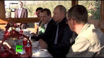 Станичный обед: Путина и Медведева в Ставропольском крае накормили борщом и котлетами  - (видео)