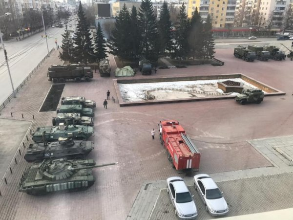 В Екатеринбурге танки испортили новый тротуар на площади Советской Армии