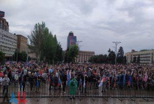 Жители ДНР собираются в центре столицы на митинг по случаю пятой годовщины первого авианалета ВСУ